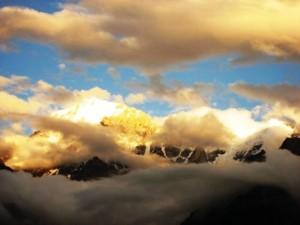 облаци пътуват
